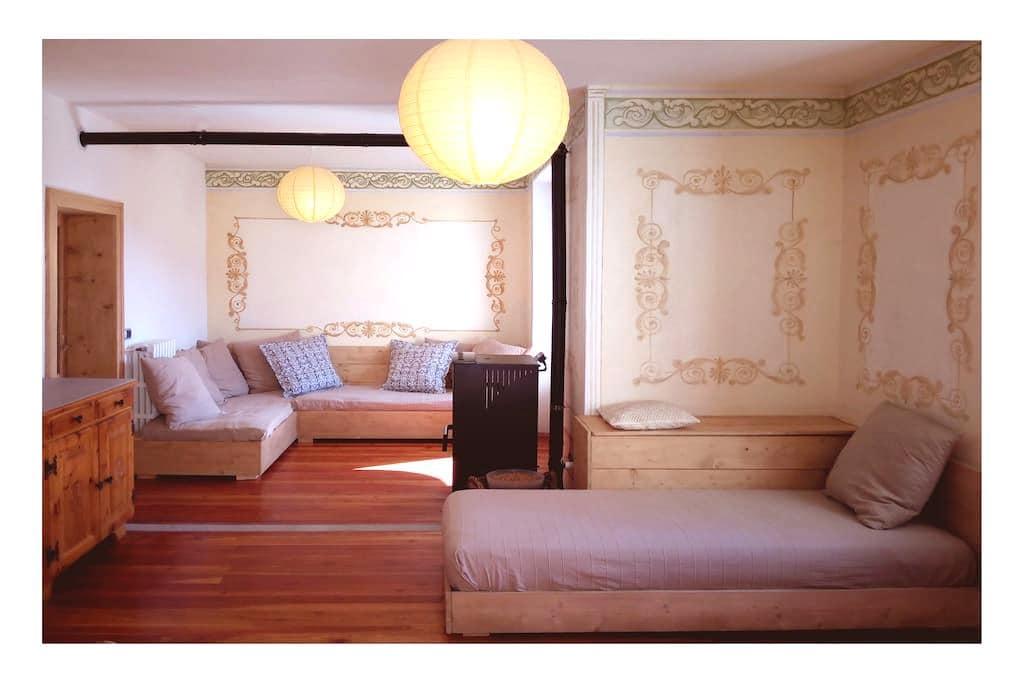 Charming Frescoed Apartment - Premadio - Apartmen