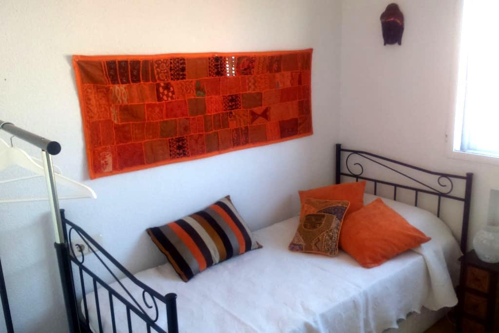 Habitación individual luminosa y acogedora - Madrid - Casa