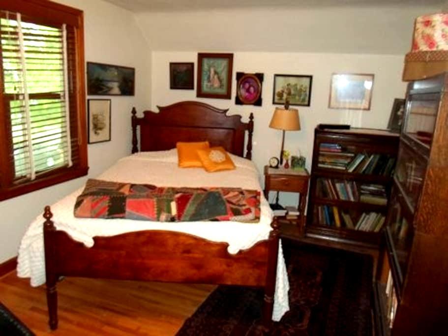 Cozy Cape Cod - South Bedroom - Ames - Hus
