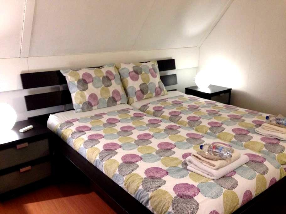 Private room with shared bathroom & WC - Utrecht - Penzion (B&B)