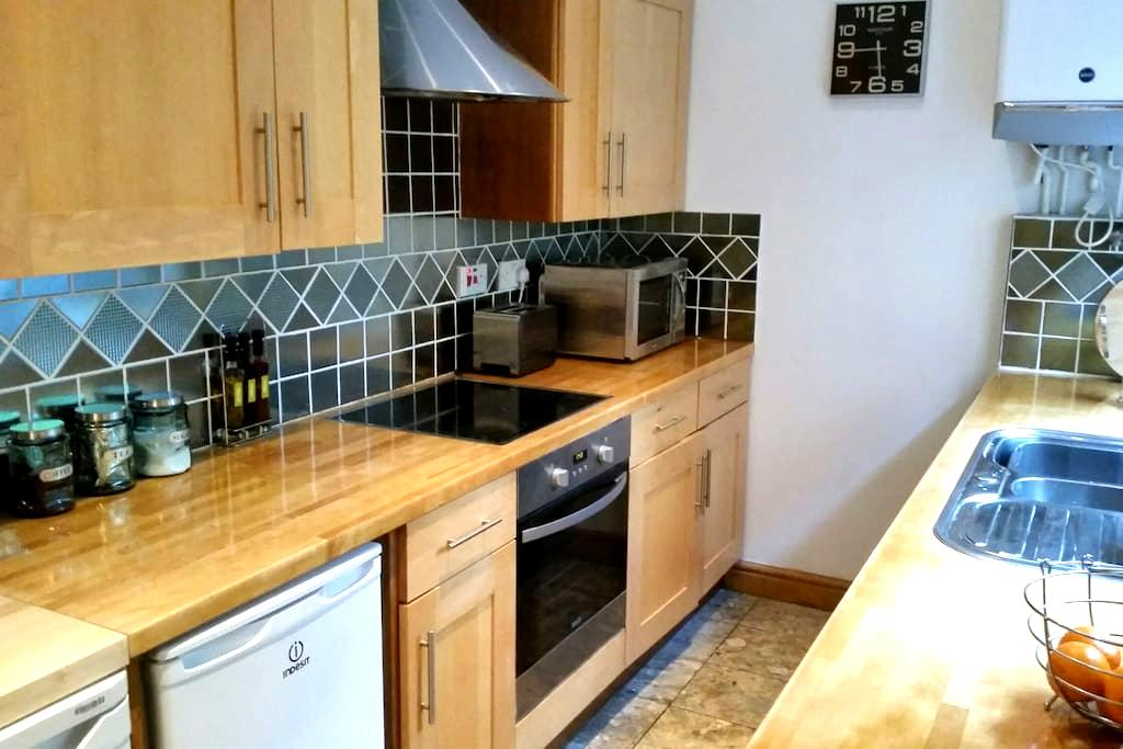 Newly furnished home, ace location! - Nottingham - House