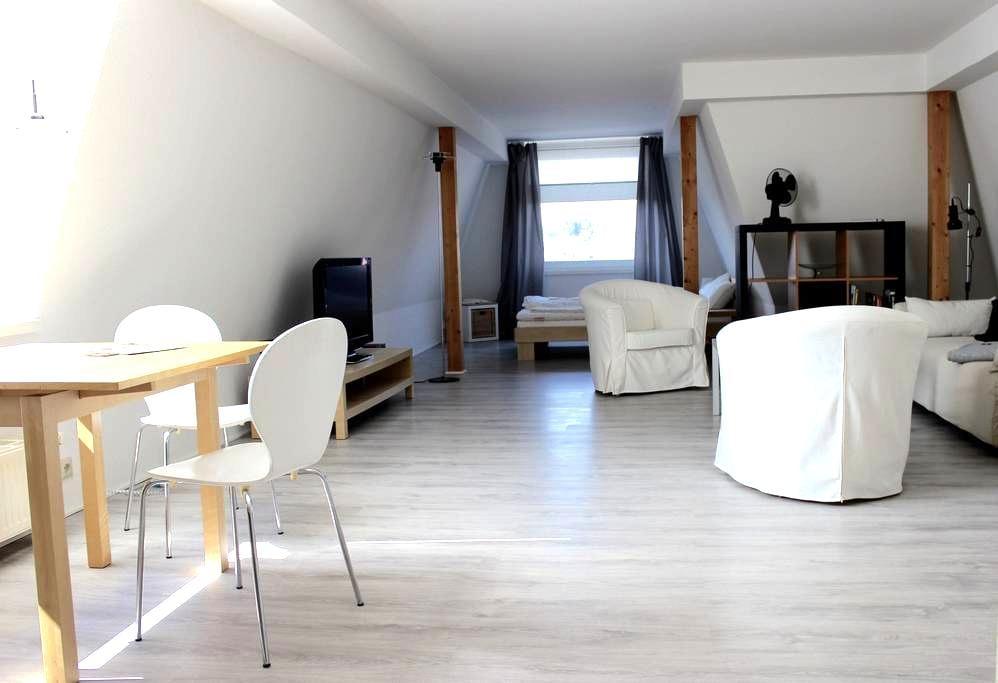 Ruhiges, zentrum-nahes Dachgeschoß-Apartment - Oldenburg - Apartament