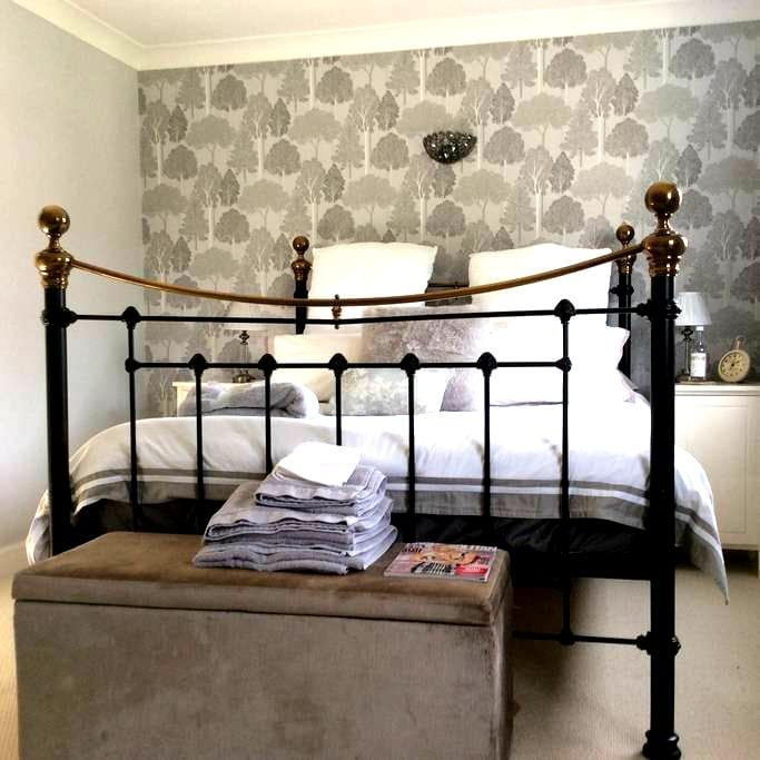 Beautiful double with ensuite - Bagshot - Huis