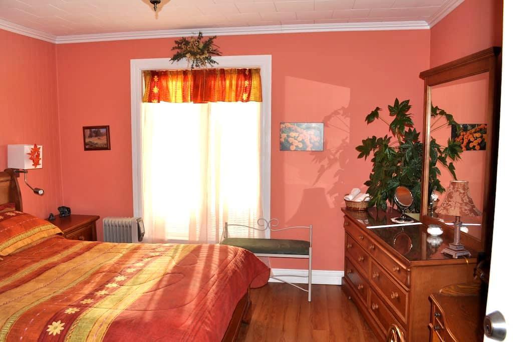 Gîte PETIT B&B chambre Automne - Les Bergeronnes - Bed & Breakfast