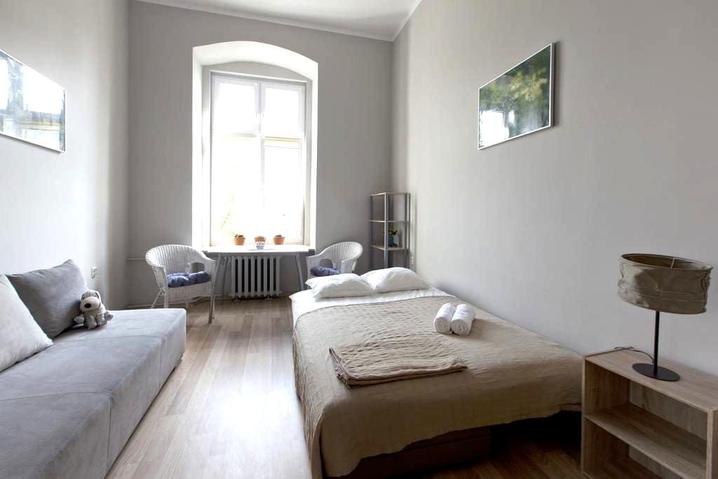 Room in Beautiful Old Post-German Building - Breslau - Wohnung
