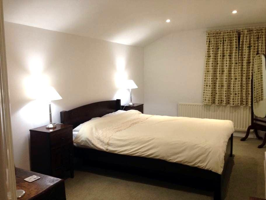 Quiet room, easy to central London - London - House