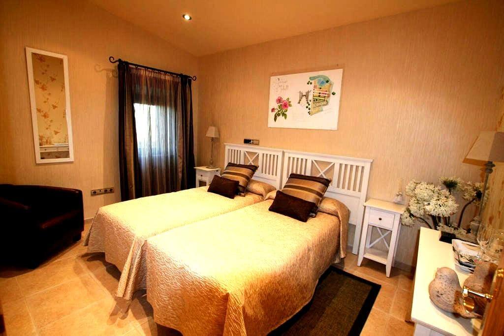Suite Romantica Hotel Masia Rustica siglo XVI - Mollet de Peralada