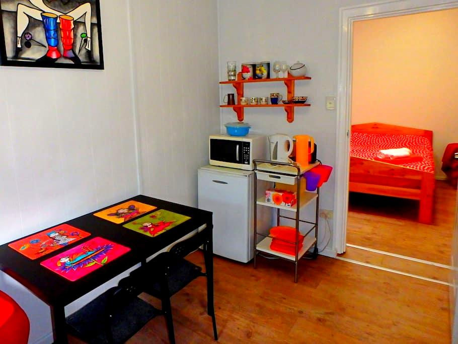 Bright Apartment,Top Location&WiFi - Oaklands Park - Bed & Breakfast