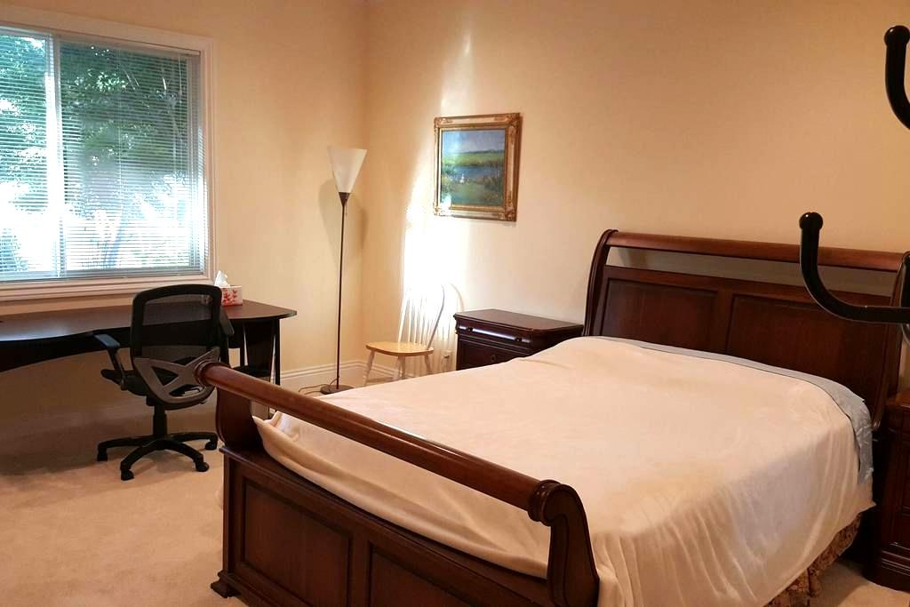 Furnished room, Queen bed, own Bathroom - Saratoga - Haus