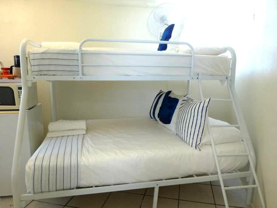 Very Tiny Hostel Room w/Bath,Priv Entr 1-3 persons - Samaná - Retkeilymaja