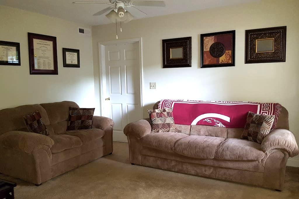 2 bedroom/2bathroom townhouse close to everything! - Greenville - Townhouse