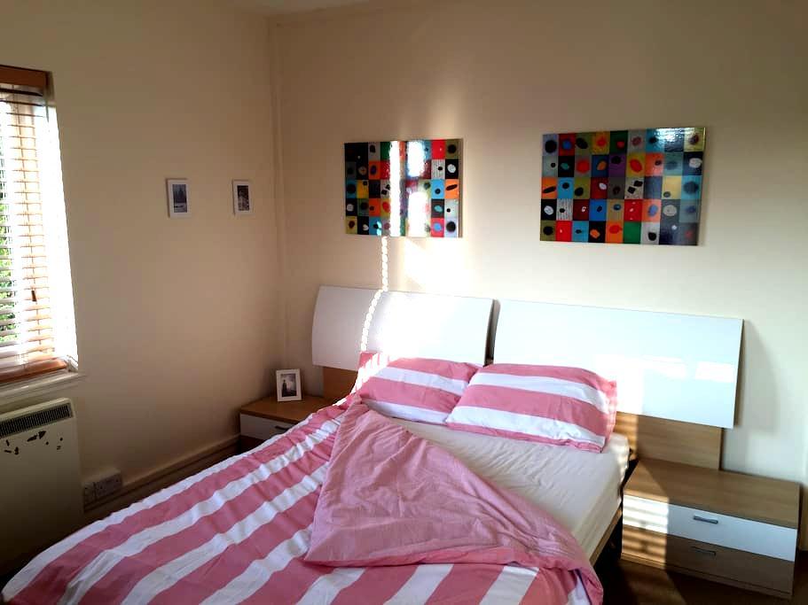 Beautiful quiet double bed room - Londen - Appartement