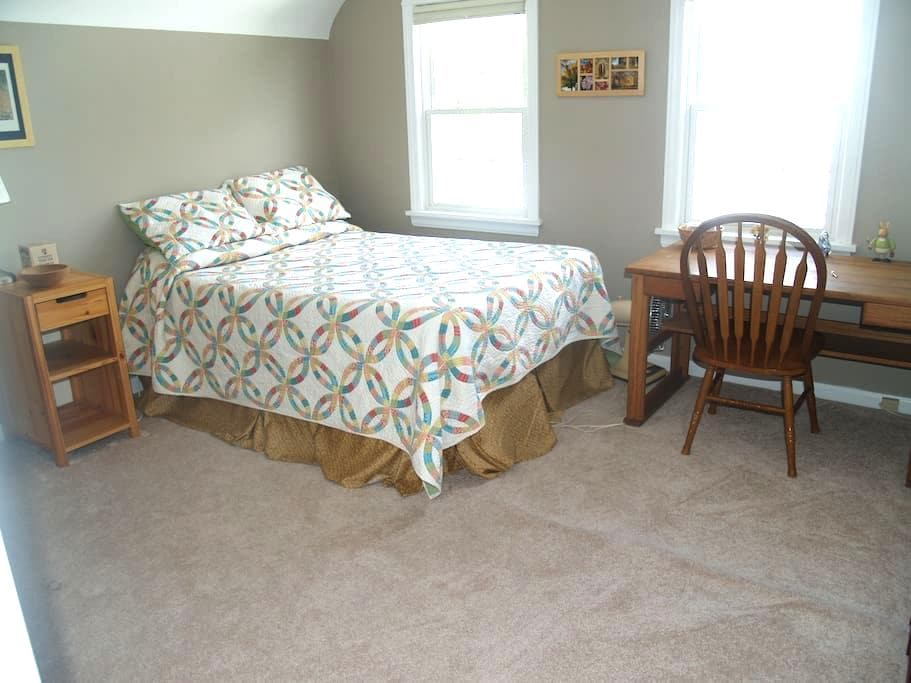 Private, Cozy 3rd Floor Suite in quiet area - Shaker Heights - House