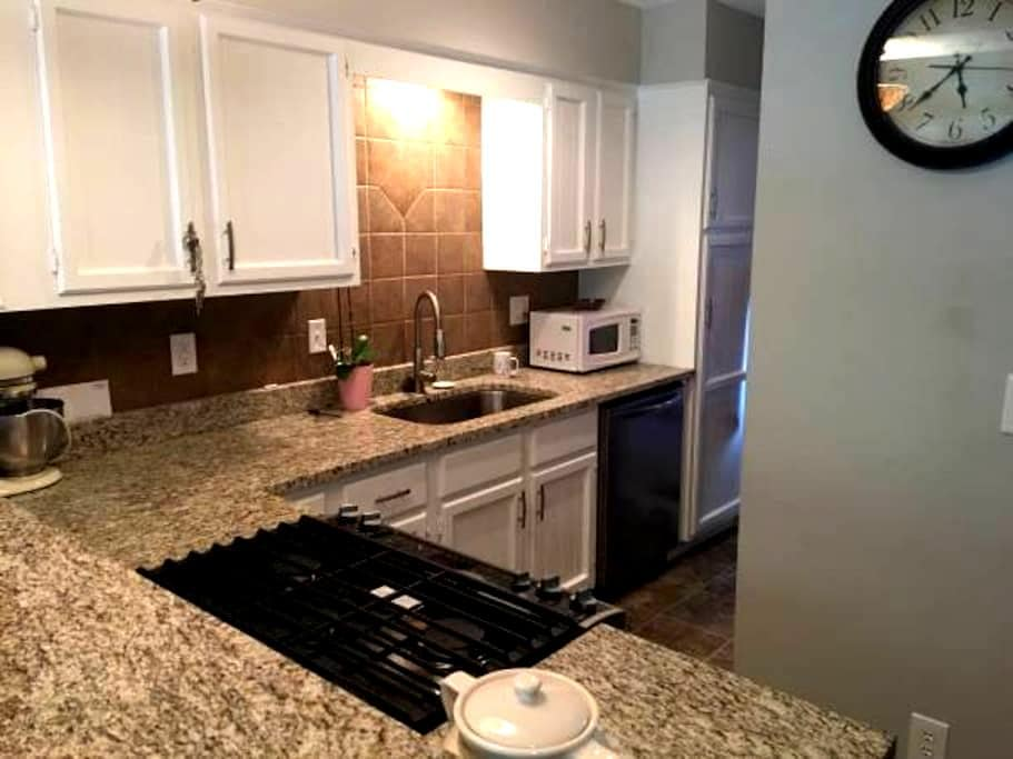1 Bd - Townhome w/ private bathroom - Lee's Summit - Casa adossada