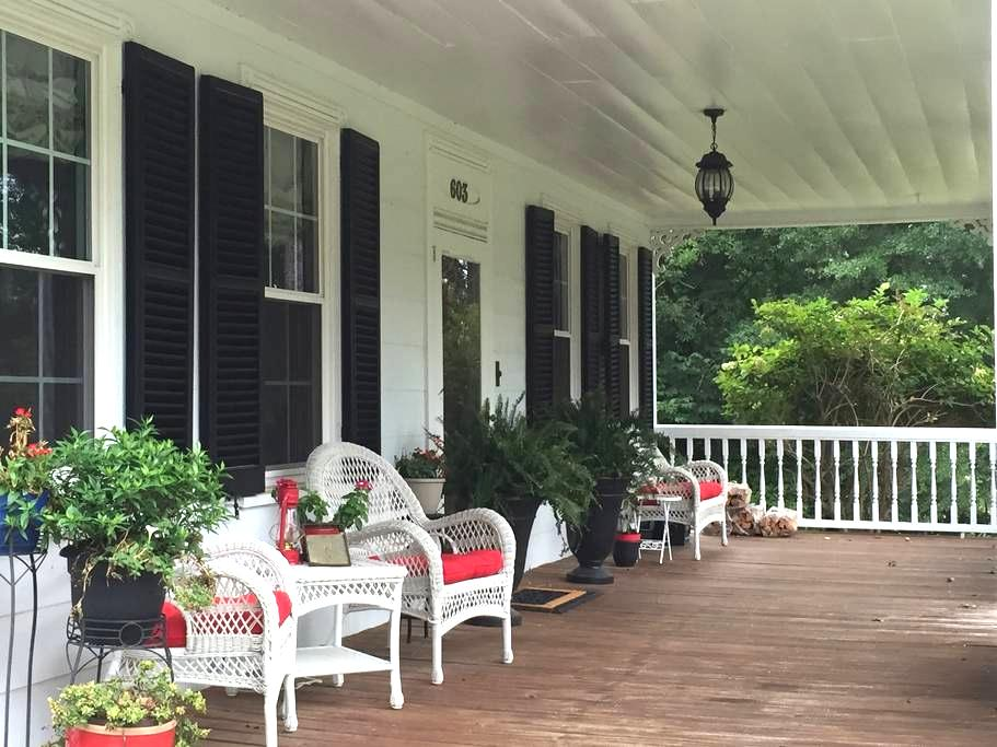 Country home in city near Bragg/hwy Blue room - Fayetteville - 独立屋