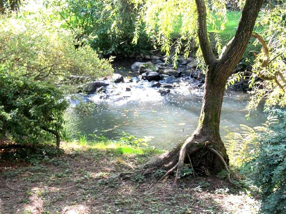 Private spacious rooms in beautiful creek setting - Milwaukie - Vendégház