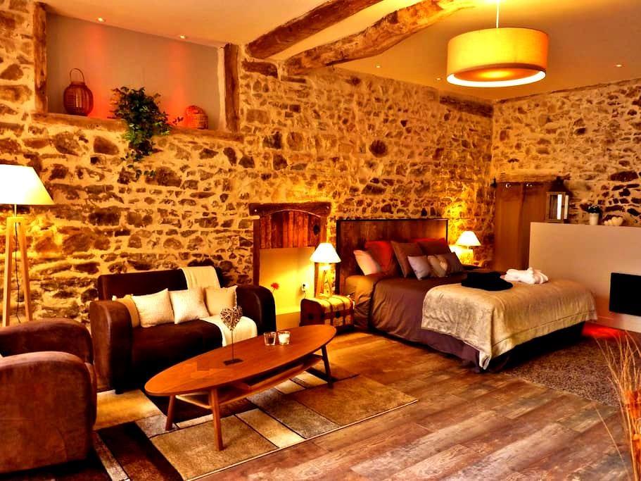 Suite romantique avec jacuzzi et sauna privatifs - Joux
