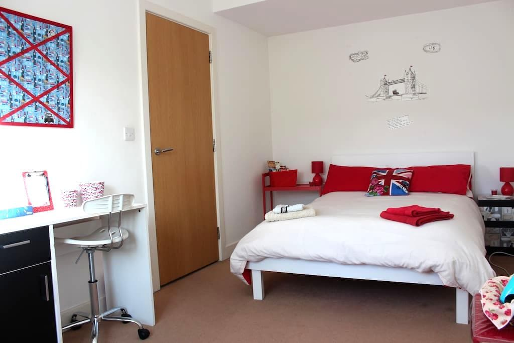 Perfect London Room with Breakfast! - Hounslow - House
