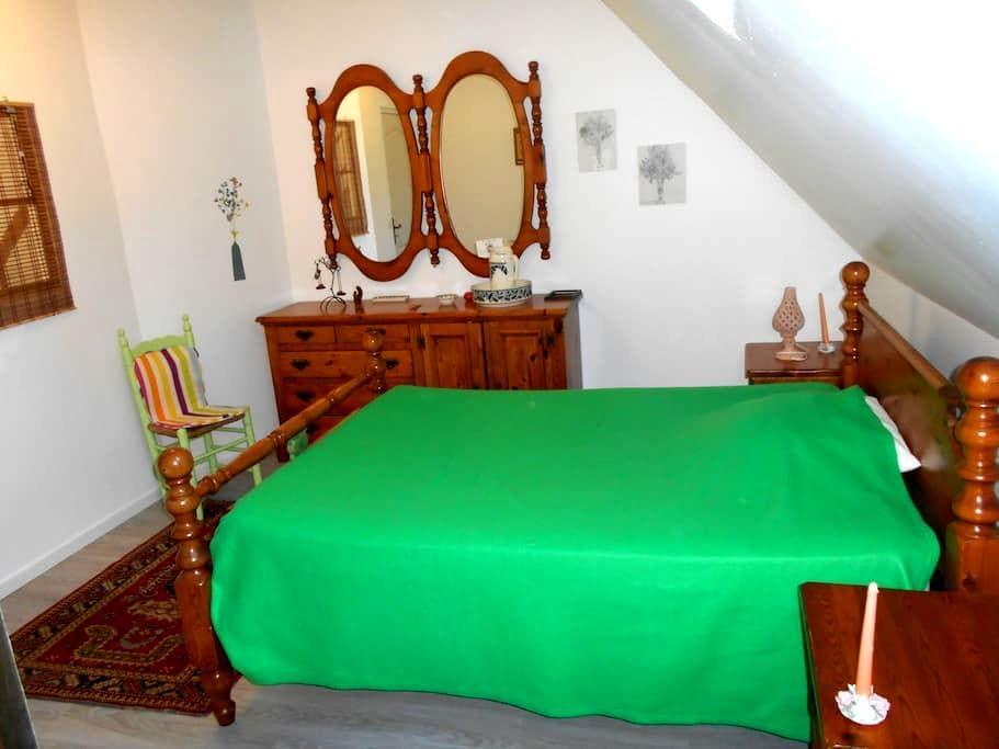 chambre verte avec salle de bain - Montbazens