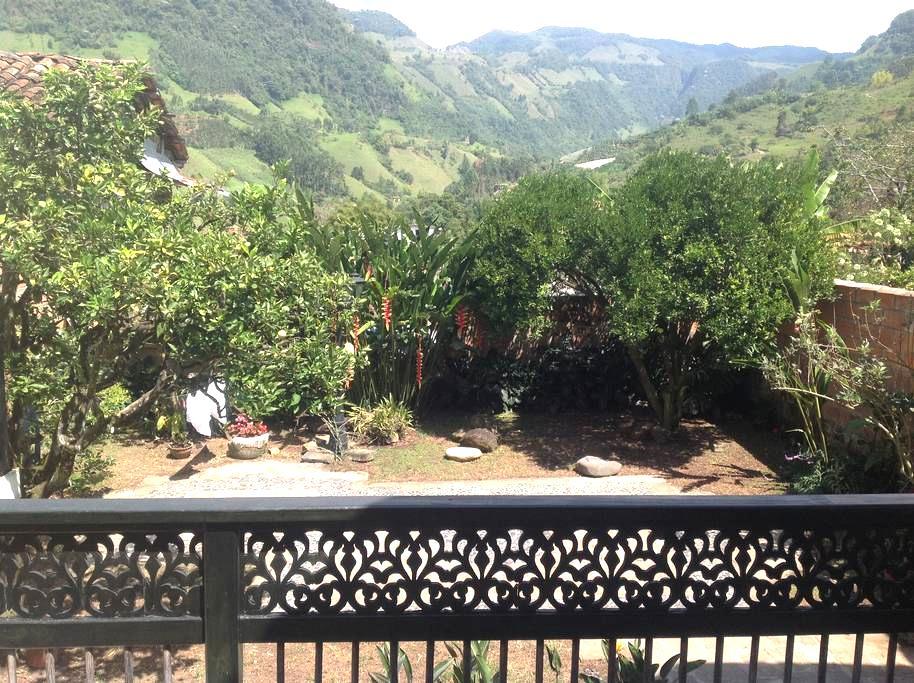 Espectacular Casa en el Pueblo - Jardín - Hus