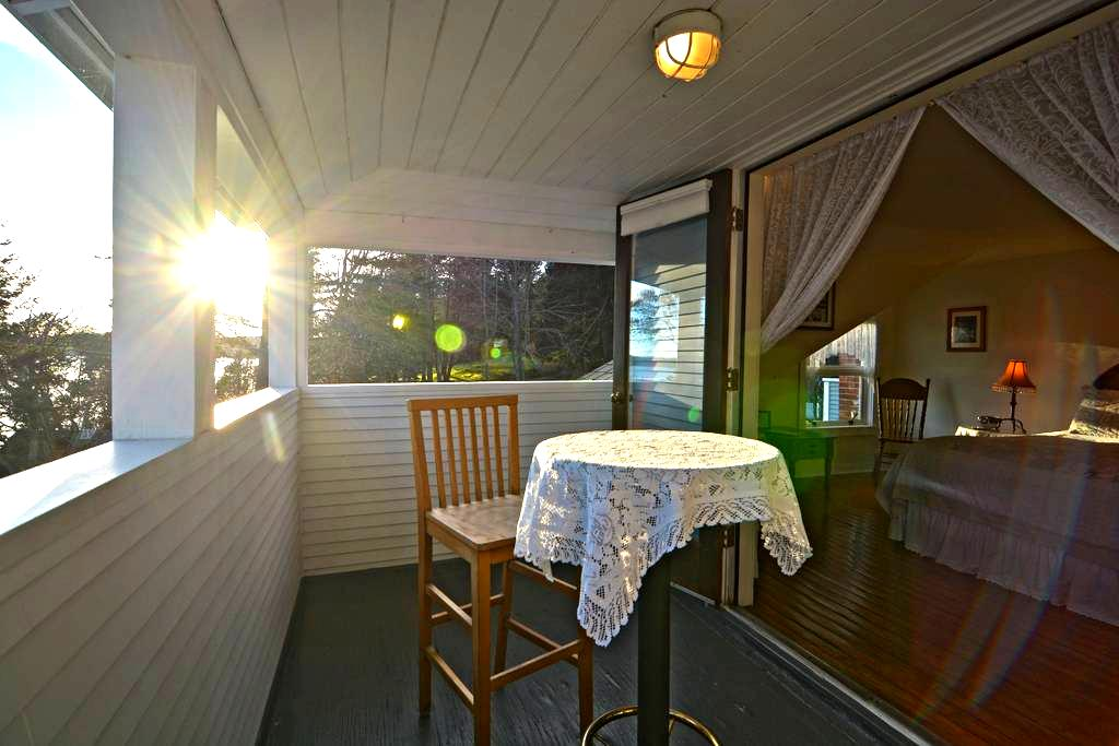 Private Room & Bathroom | Balcony Waterfront Views - อีสต์ซาวน์ - ที่พักพร้อมอาหารเช้า
