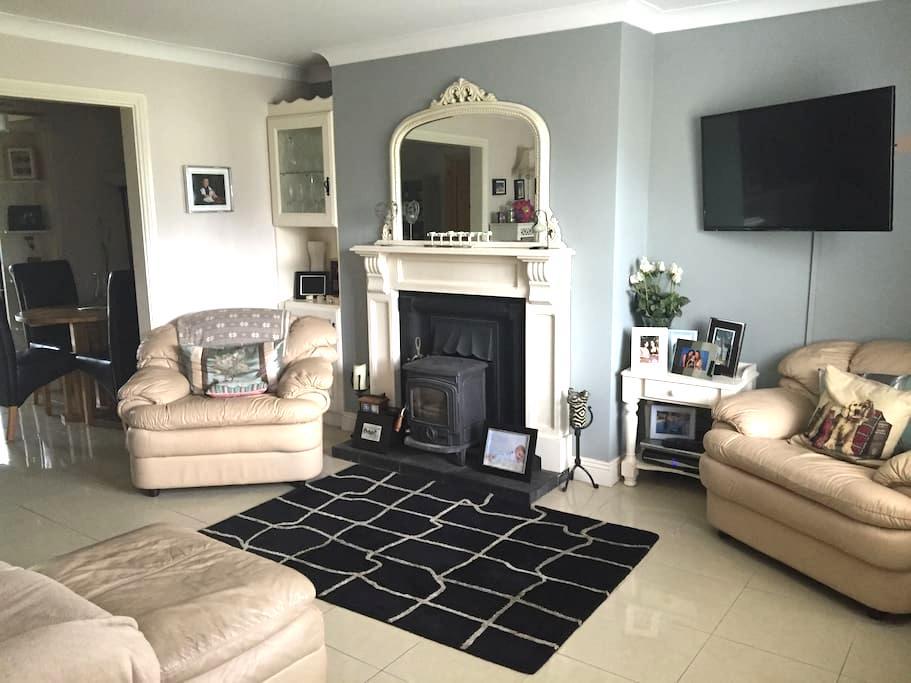 Great location comfy 2 bedroom! - Эннис - Дом