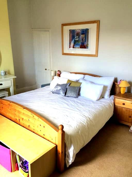 King size bed in a great location! - Bristol - Rumah