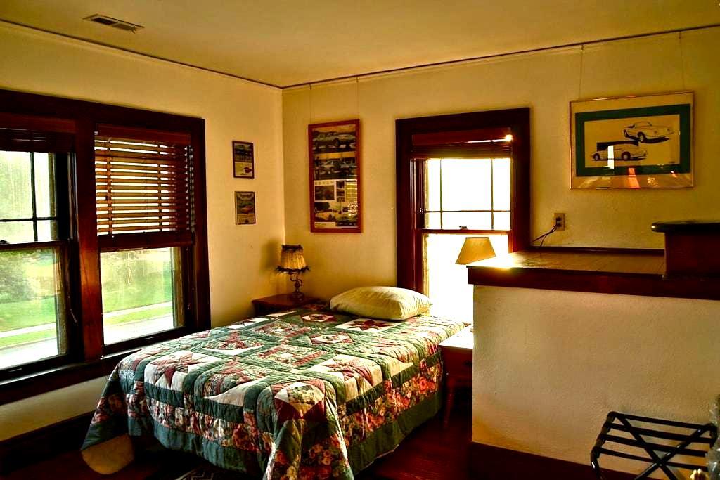 No fuss, clean & unique! Cafaro Room - South Bend - Casa