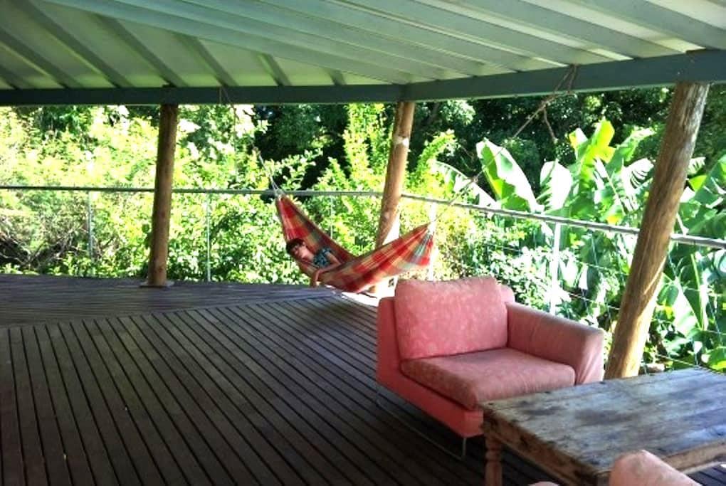 studio dans la verdure avec piscine, vue mer. - Basse-Terre - House