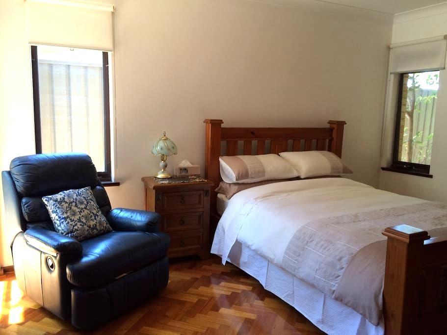 Room & private Bathroom Marsfield, Walk to MQ Uni - Marsfield - Huis