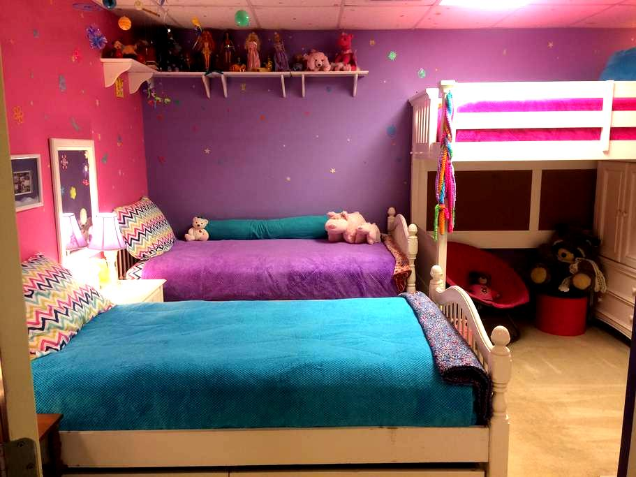 Cool Comfortable Colorful Bedroom - Northport - Casa