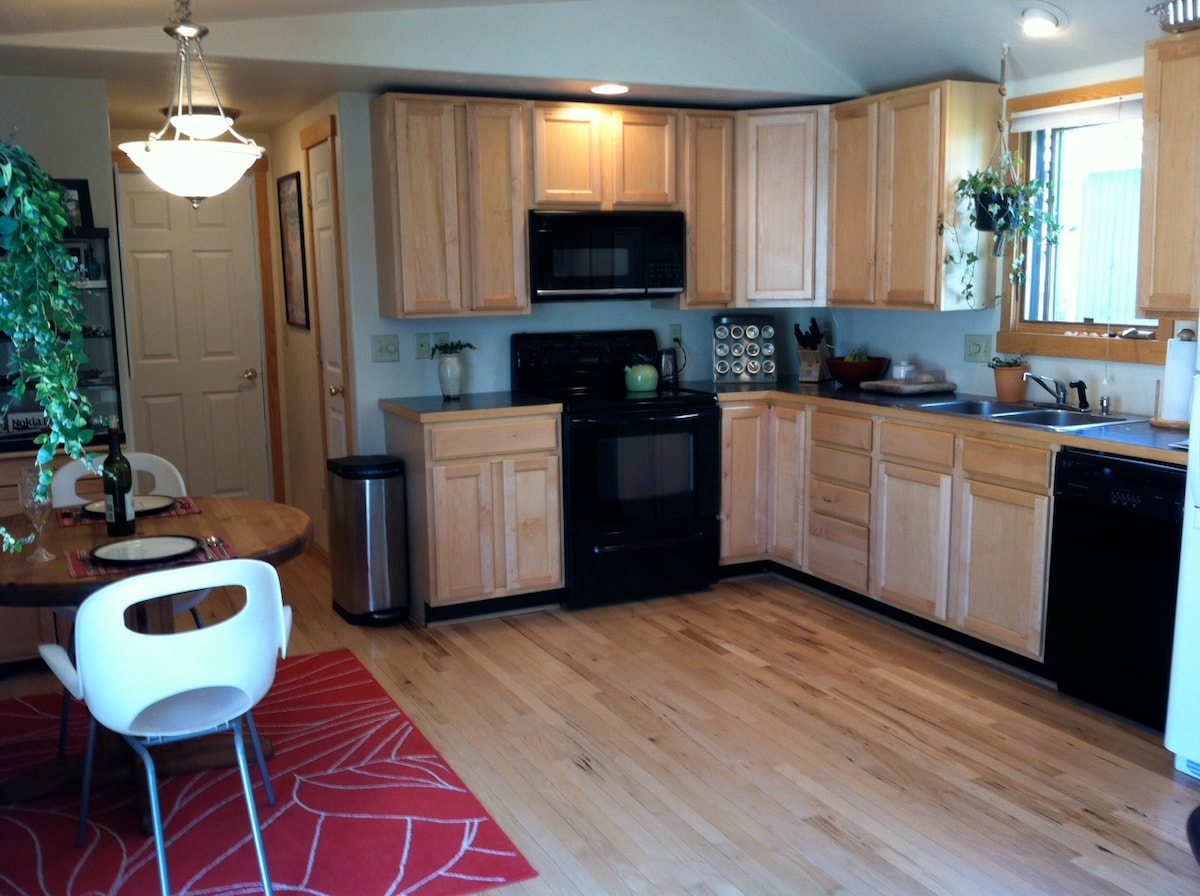 Full kitchen & dining space