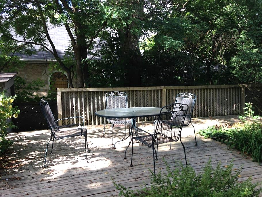 Private apartment with tree shaded garden - Guelph - Apartamento