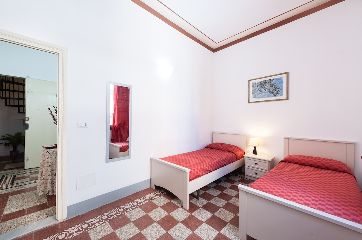 """""""Florence in Red"""" room in centre"""