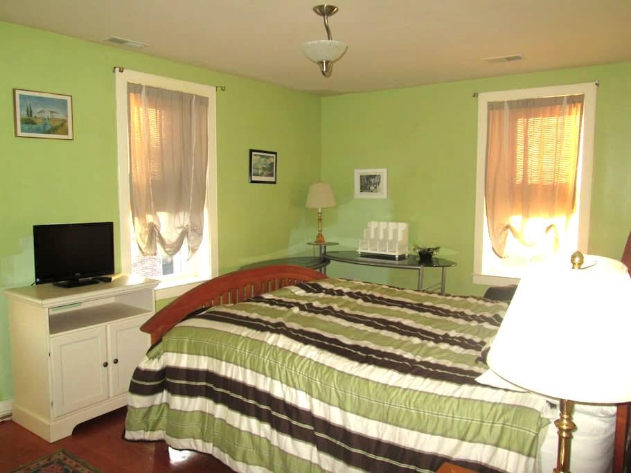 Queen bed and full bath - Baltimore - Casa