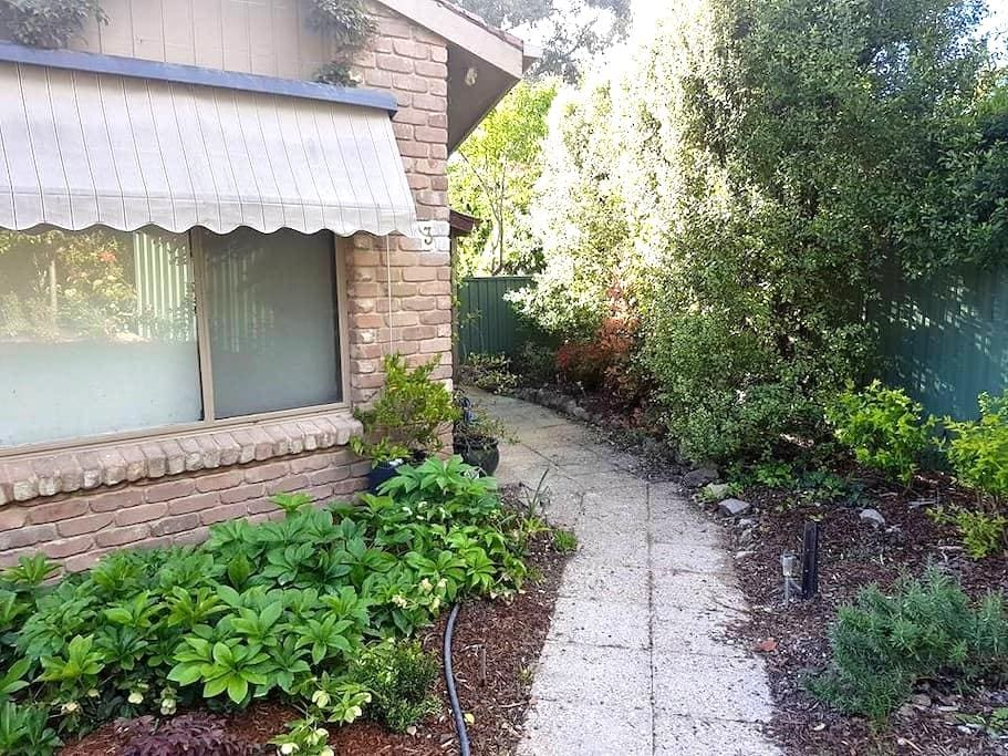 Peaceful room close to Tuggeranong - Kambah - Casa
