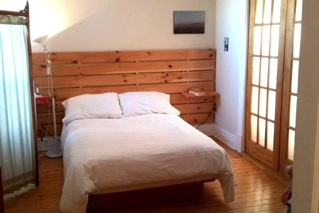 Single or double room with plants - Trois-Rivières - Apartment