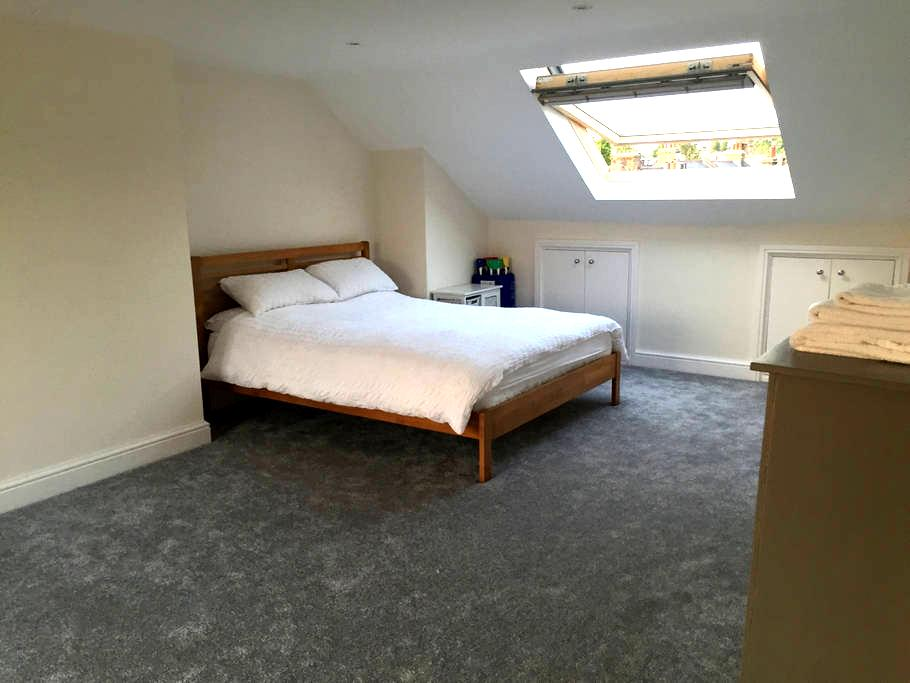King size loft room with en-suite. - Londres - Casa