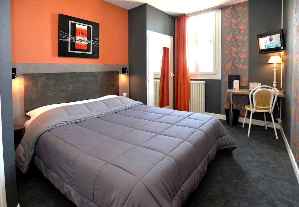 Suite Familiale. Hotel La Croix Blanche - Tarbes - Bed & Breakfast