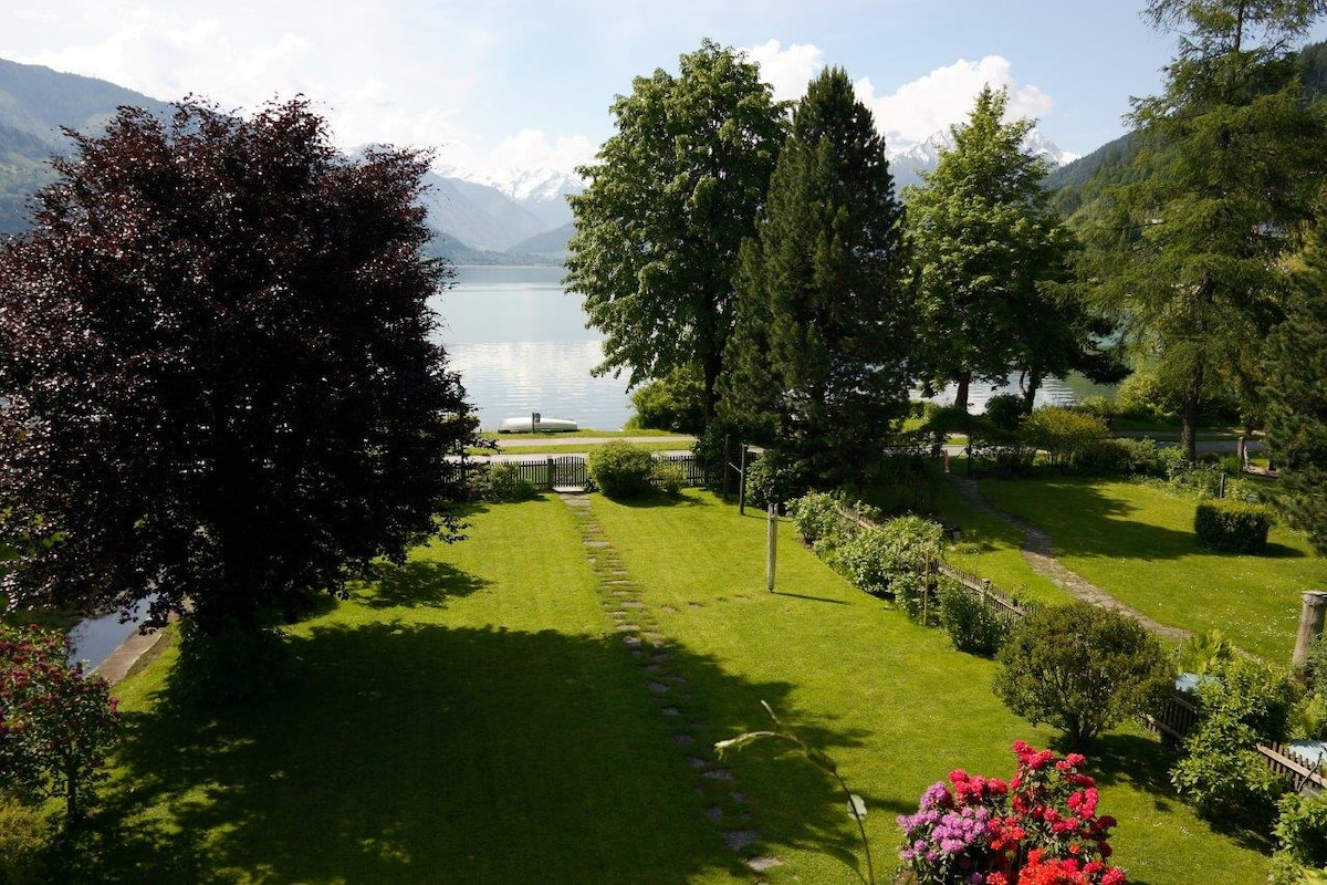 view from the balcony to the garden / Aussicht vom Balkon