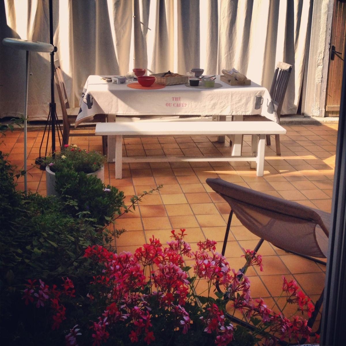 Cour-jardin agréable où  se reposer un moment, éventuellement prendre un repas