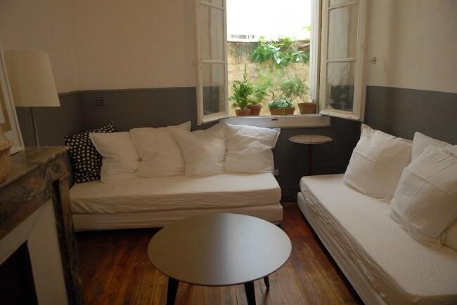 La chambre donne sur votre terrasse privée.