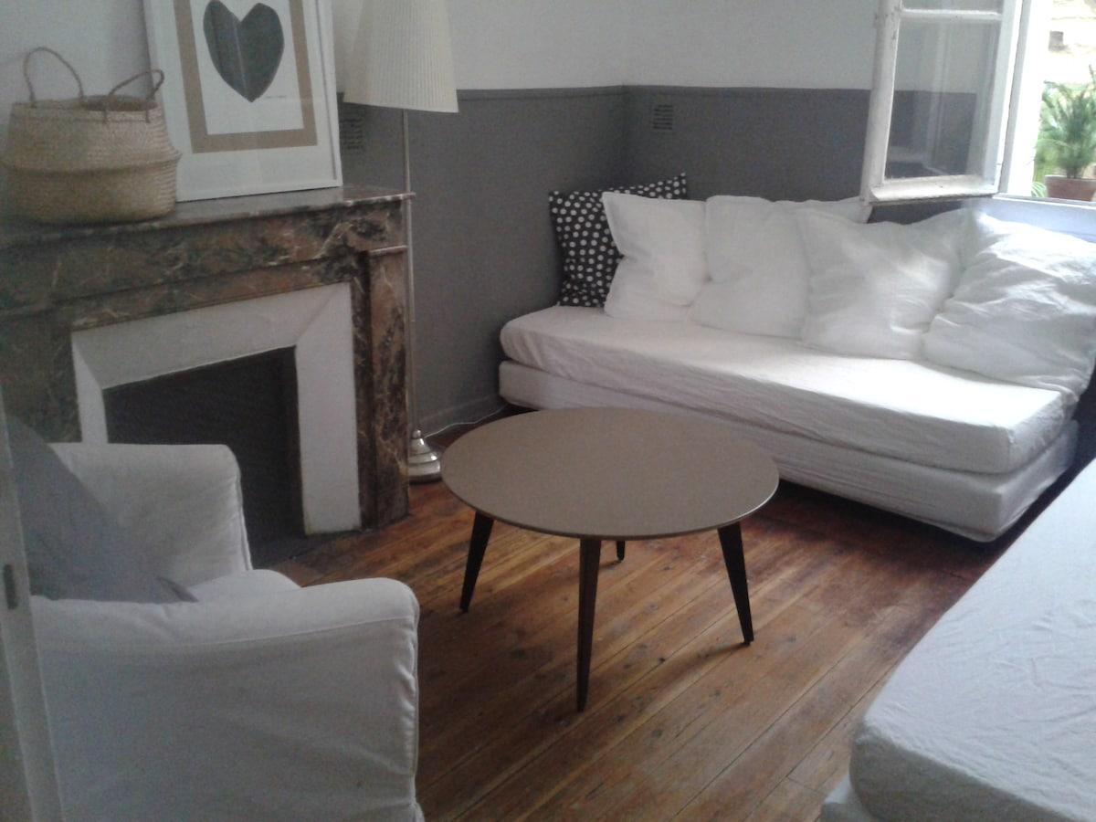 Les deux lits simples et le fauteuil face à  face  font un petit salon très agréable dans la journée.