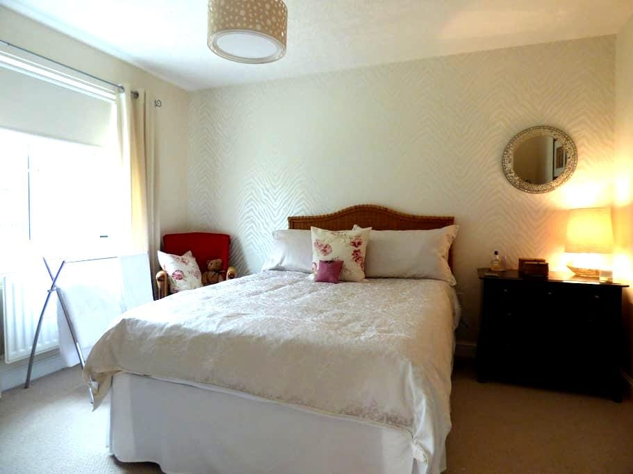 Comfortable double room en-suite shower room. - Dumfries