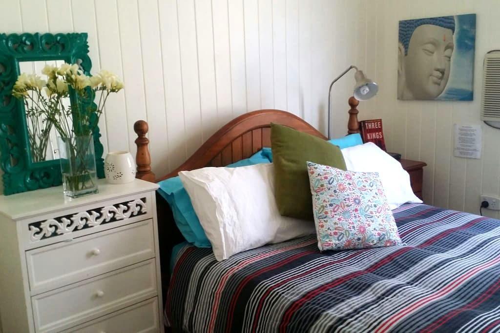 Lovely room in cute Queenslander - Clayfield - 一軒家