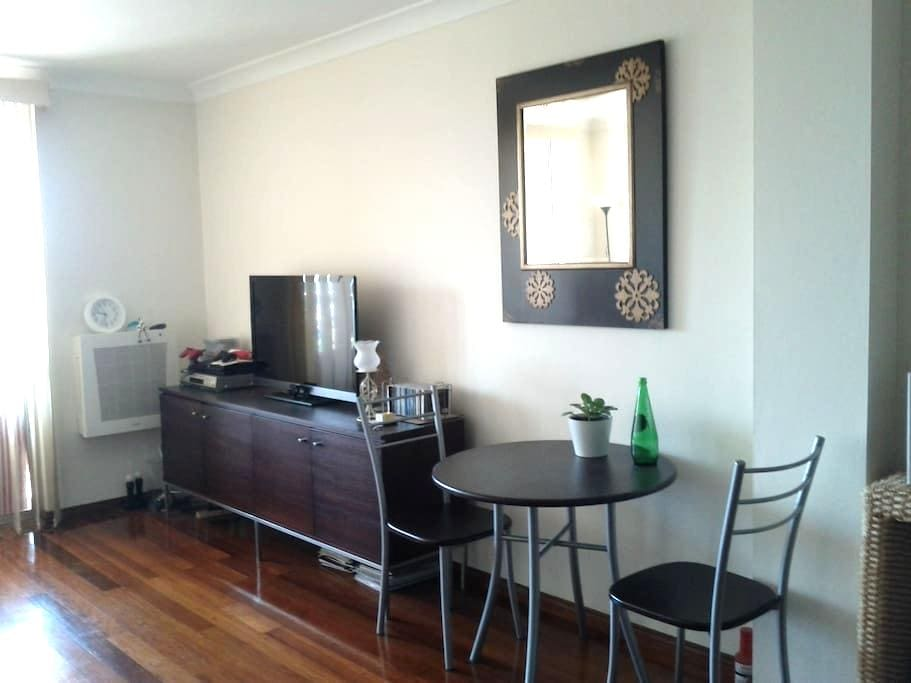 Central located Master room 3mins walk to station - Burwood - Appartement