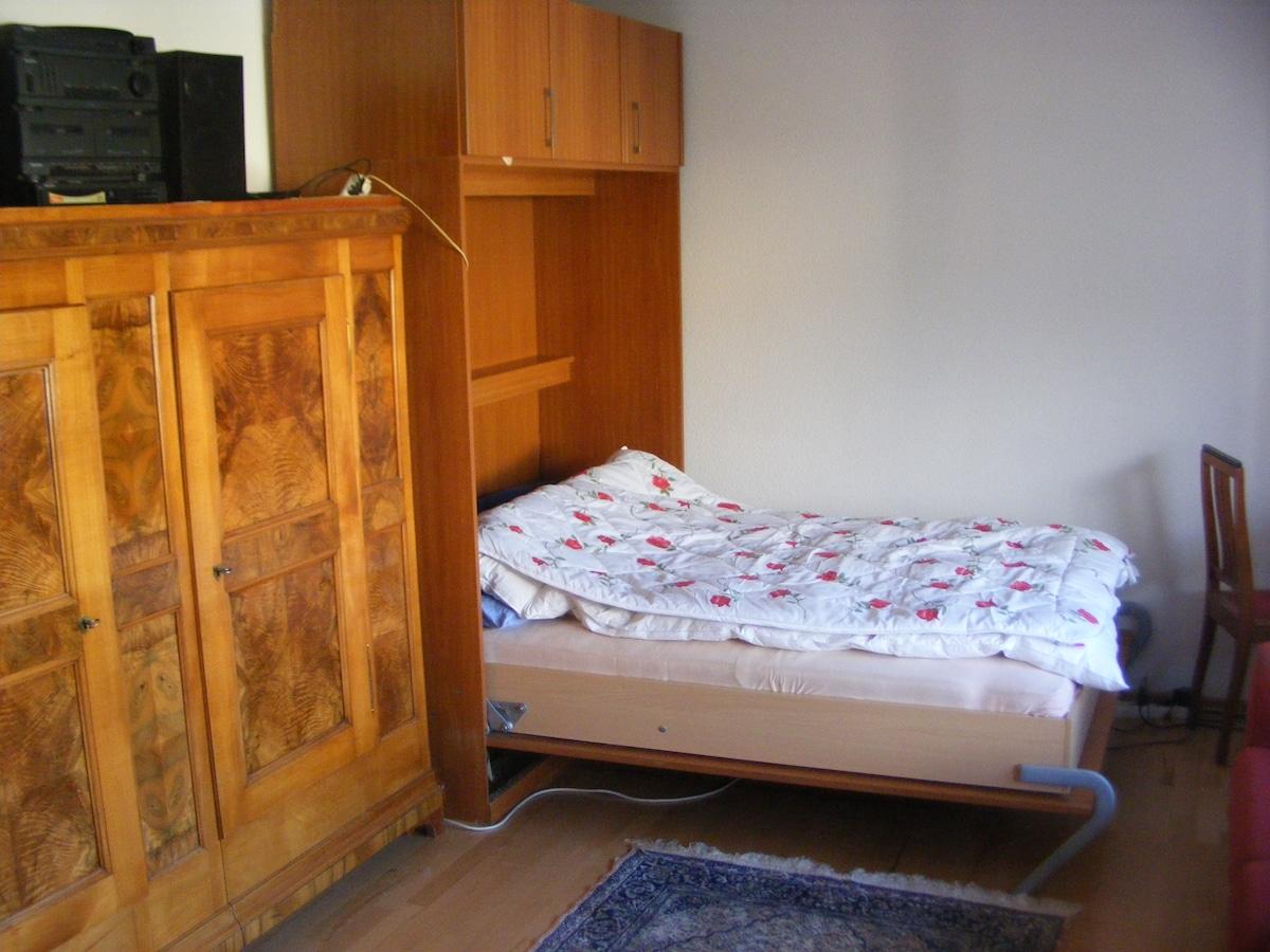 Hochklappbares Doppelbett, (Kleider)Schrank zur vollen Verfügung