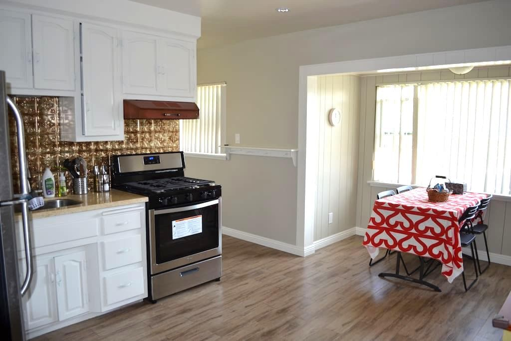 Newly Remodel Private Guest House  - Glendora - Huis