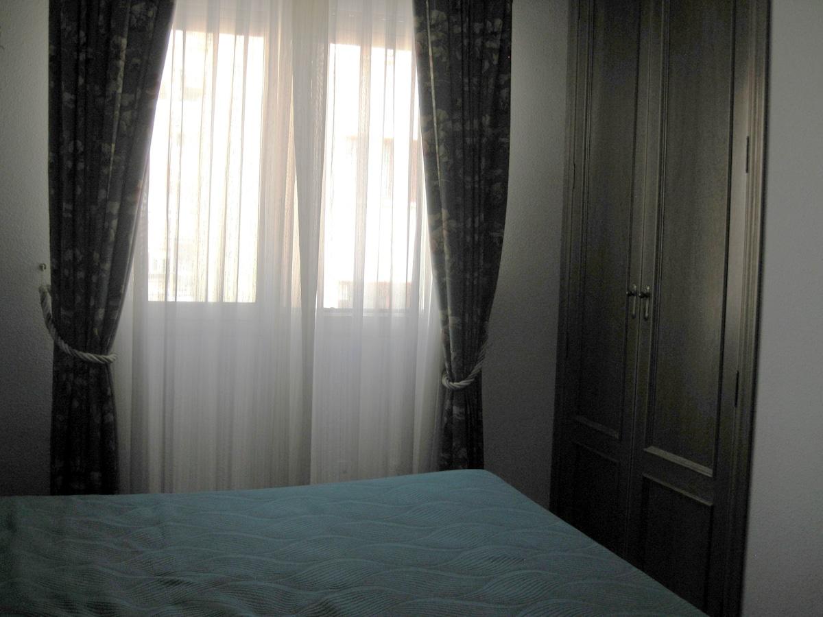 Window and wardrobe.// Detalle de ventana y armario
