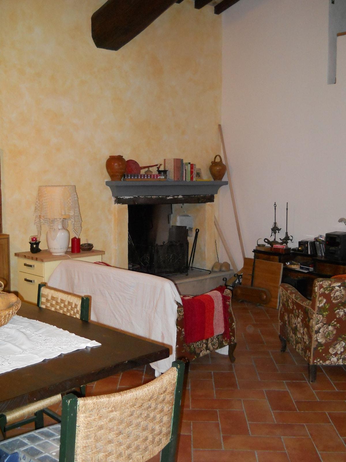 Soggiorno pranzo con vista sul camino Living/dining room with view to the fireplace